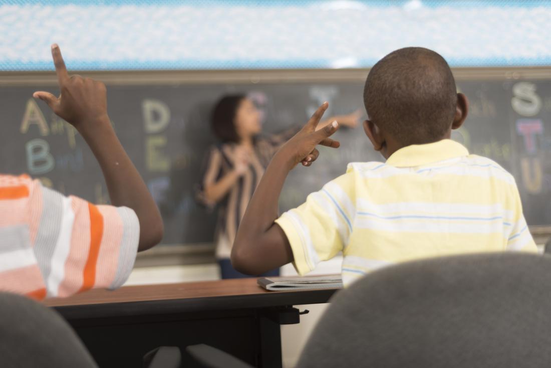 Bambini che imparano la lingua dei segni in un'aula.
