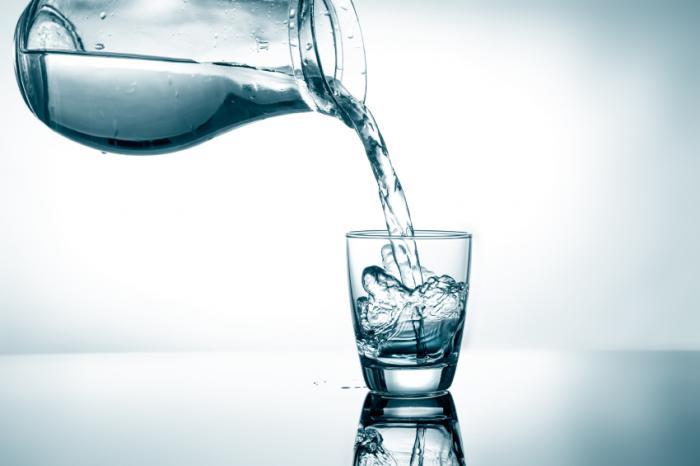 ガラスに注ぐ水