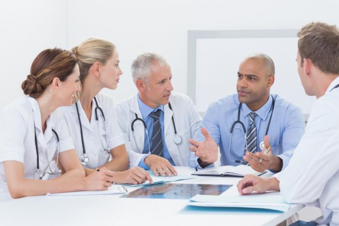 Un gruppo di medici è in discussione.