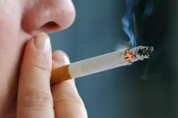 persona che fuma una sigaretta
