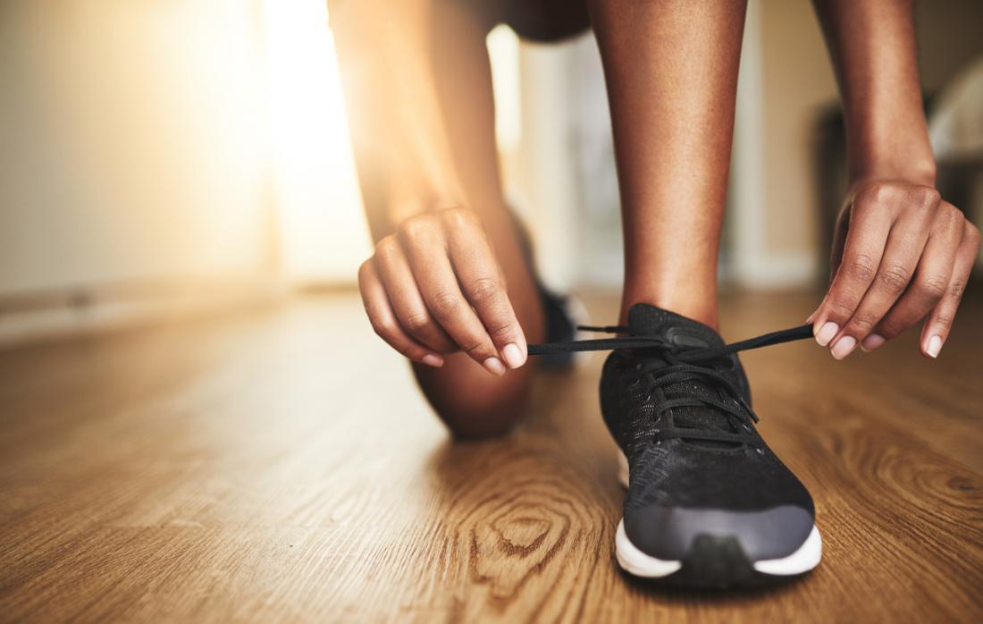 allacciare le scarpe da corsa