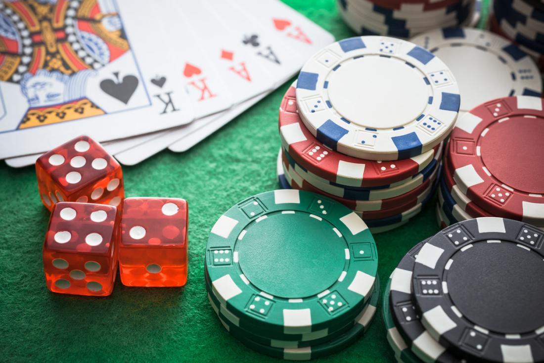 dés, jetons et cartes à jouer