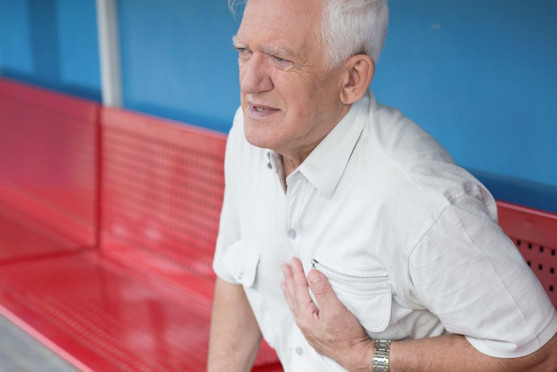 по-възрастният човек държи гърдите