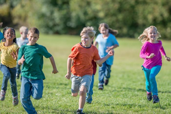 Crianças correndo em um parque.