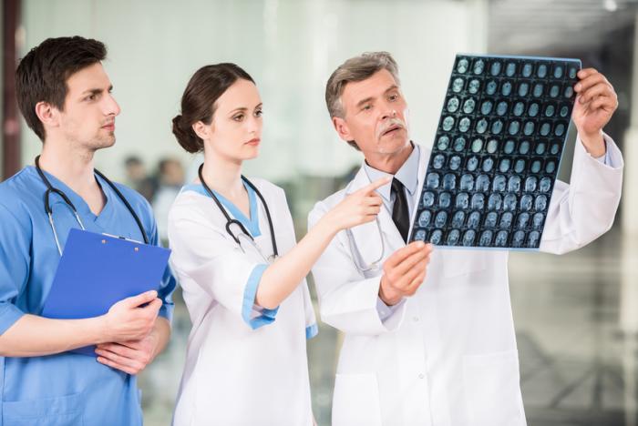 Os médicos inspecionam alguns resultados da verificação.
