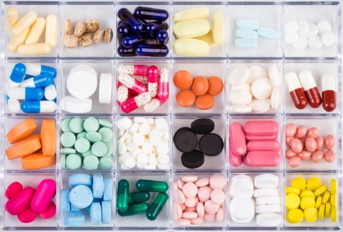 uma seleção de diferentes drogas em uma caixa