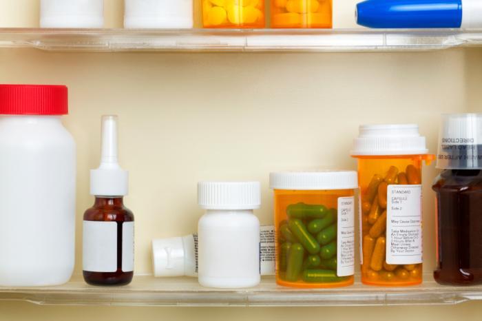 Différentes pilules et médicaments sur une étagère
