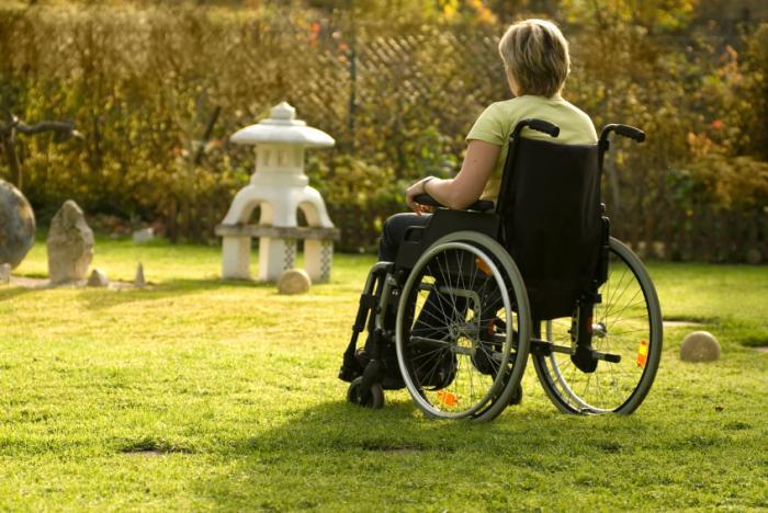 [mulher em cadeira de rodas]