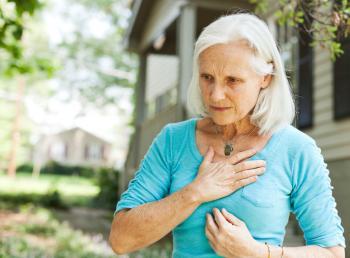 Senhora mais velha, segurando, dela, peito