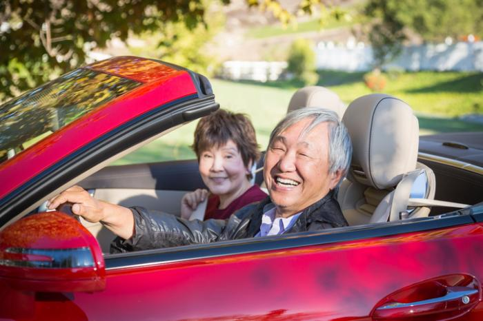 年配のカップル運転