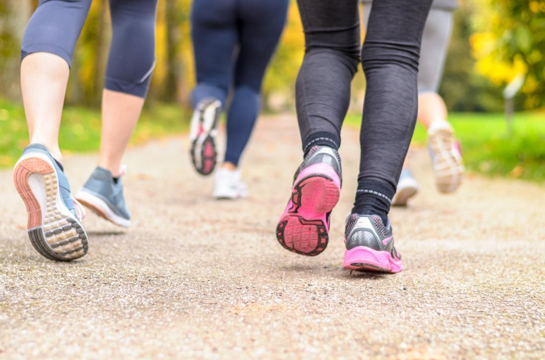 女性ジョギング。