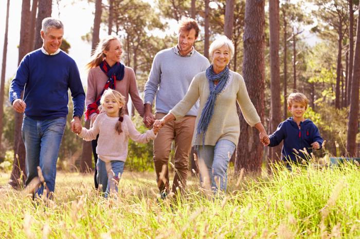 公園を歩いている3世代の家族