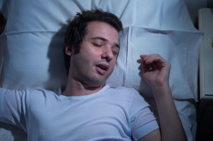 [Homem lutando para dormir]