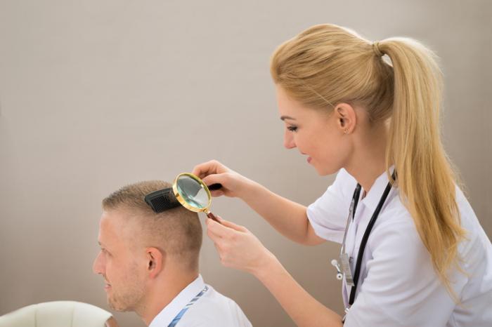 [dermatologista verifica o couro cabeludo]