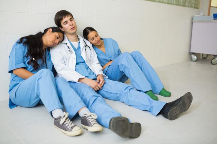 Ba bác sĩ đang ngủ ở hành lang.