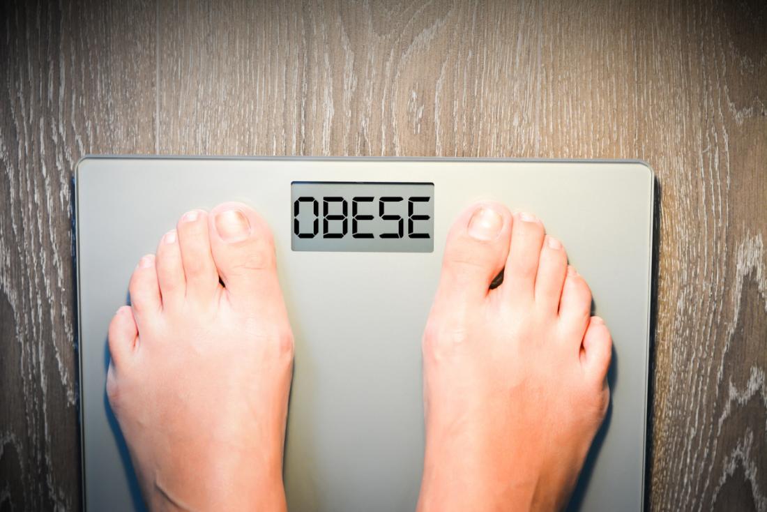 obèse écrit à l'échelle