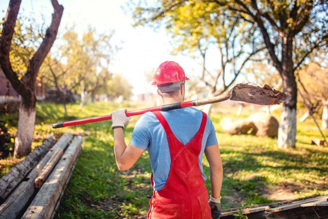 paisagista trabalhando fora