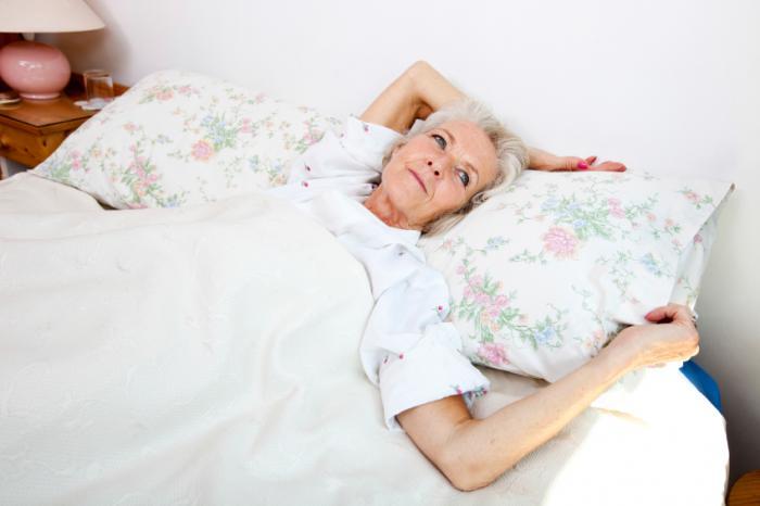 [mulher sênior incapaz de dormir]