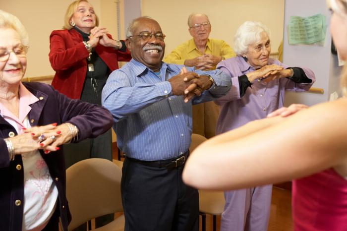 [pessoas mais velhas se exercitando]