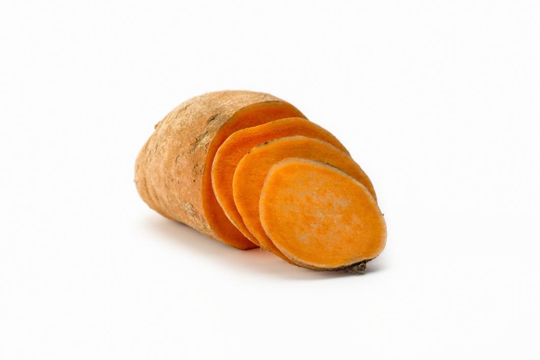 Vista frontale a fette di patata dolce