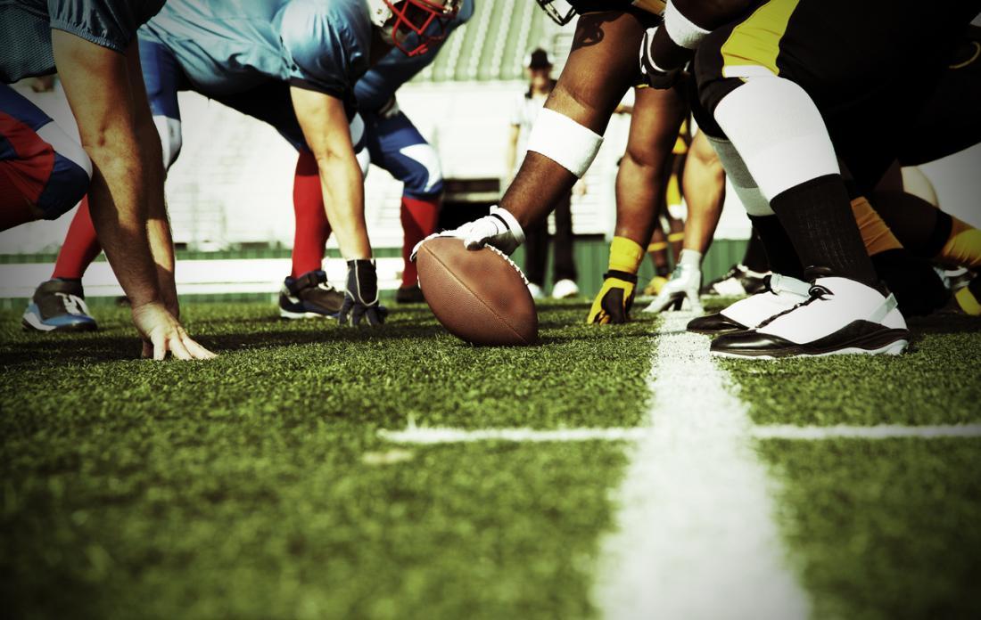 スポーツチームがアメリカンフットボールをしている。