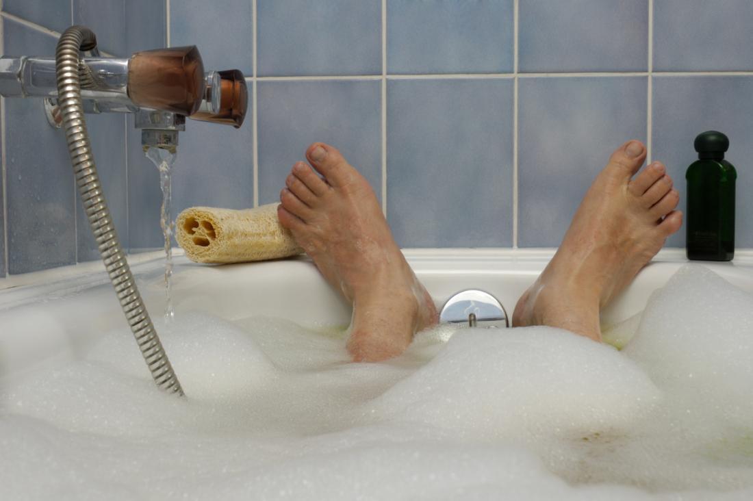 男が入浴する