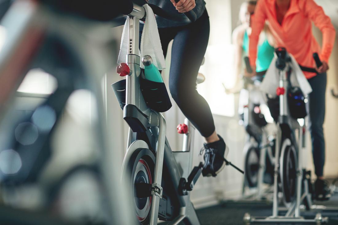 Trainiert Fahrräder im Fitnessstudio.