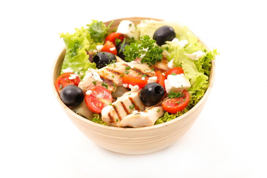 Salat mit gegrillten Hühnchen