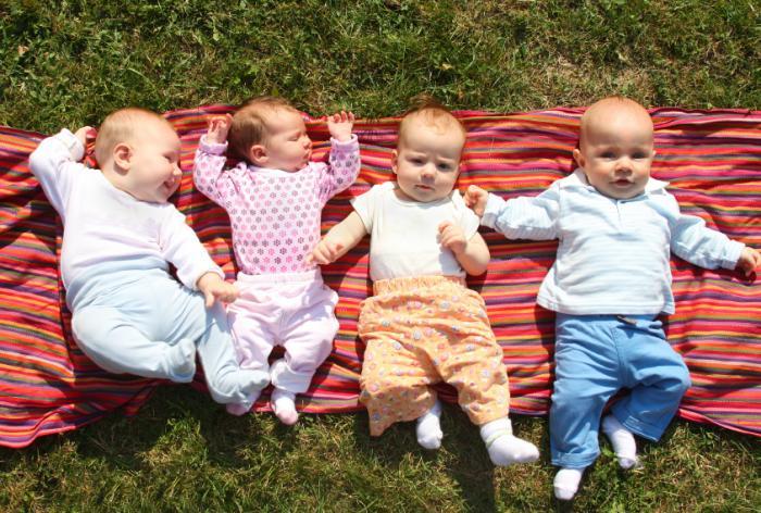 [Babys tragen helle Kleidung]