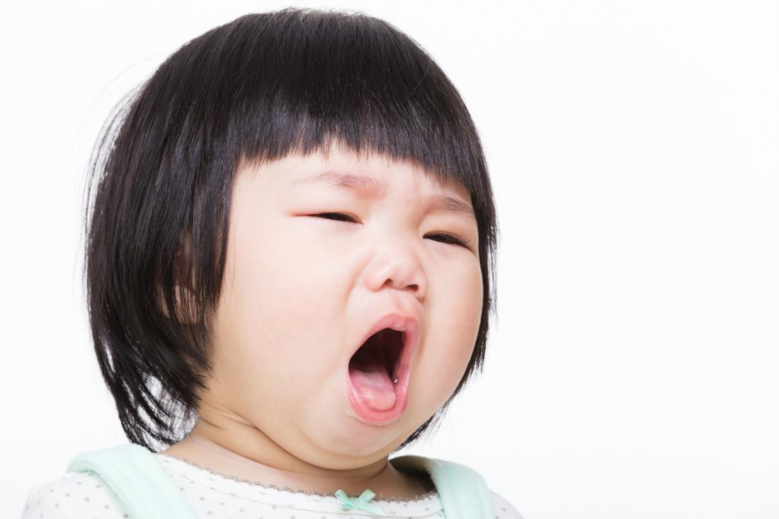 [アジア人の女の子は咳をする]