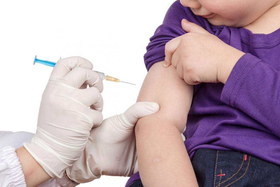 [小さな男の子は予防接種を受けています]