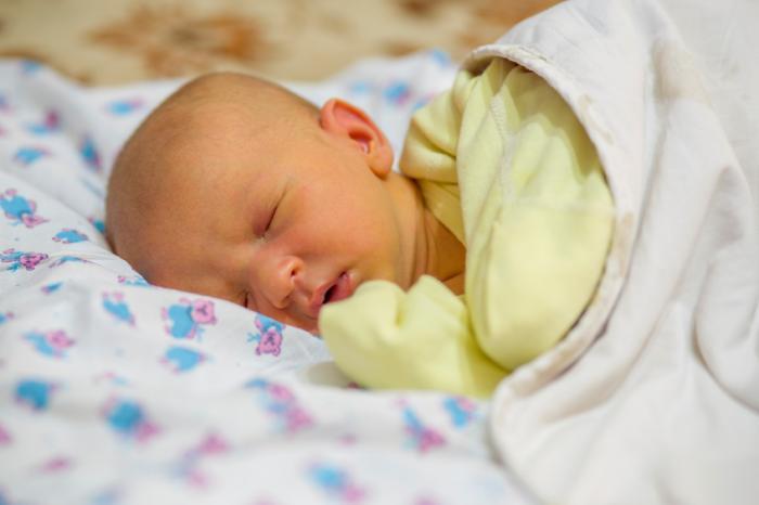 Ein neugeborenes Baby mit Gelbsucht.