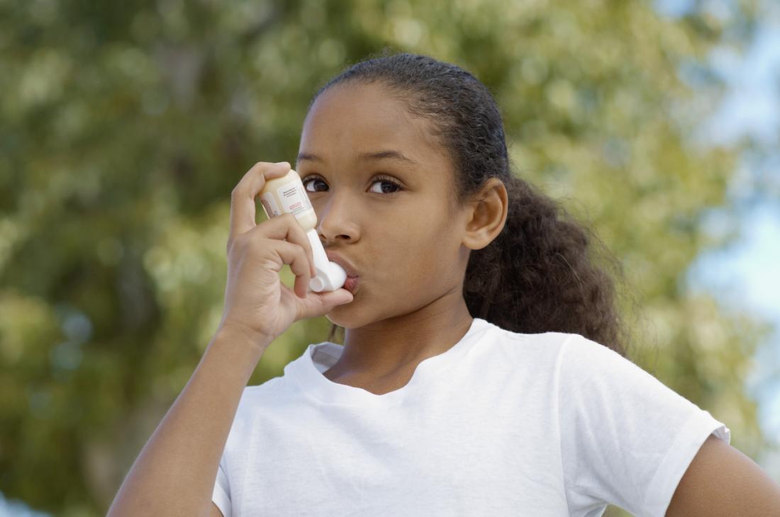Fille utilisant une pompe à asthme