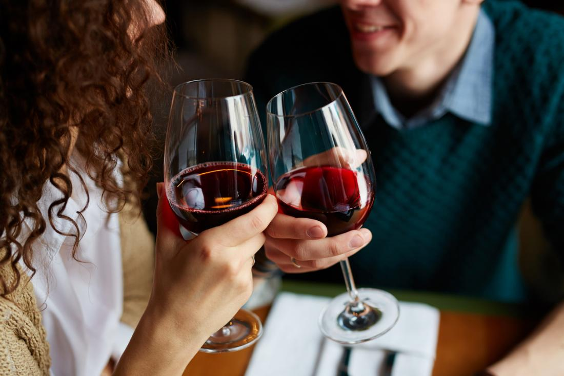 casal bebendo vinho tinto