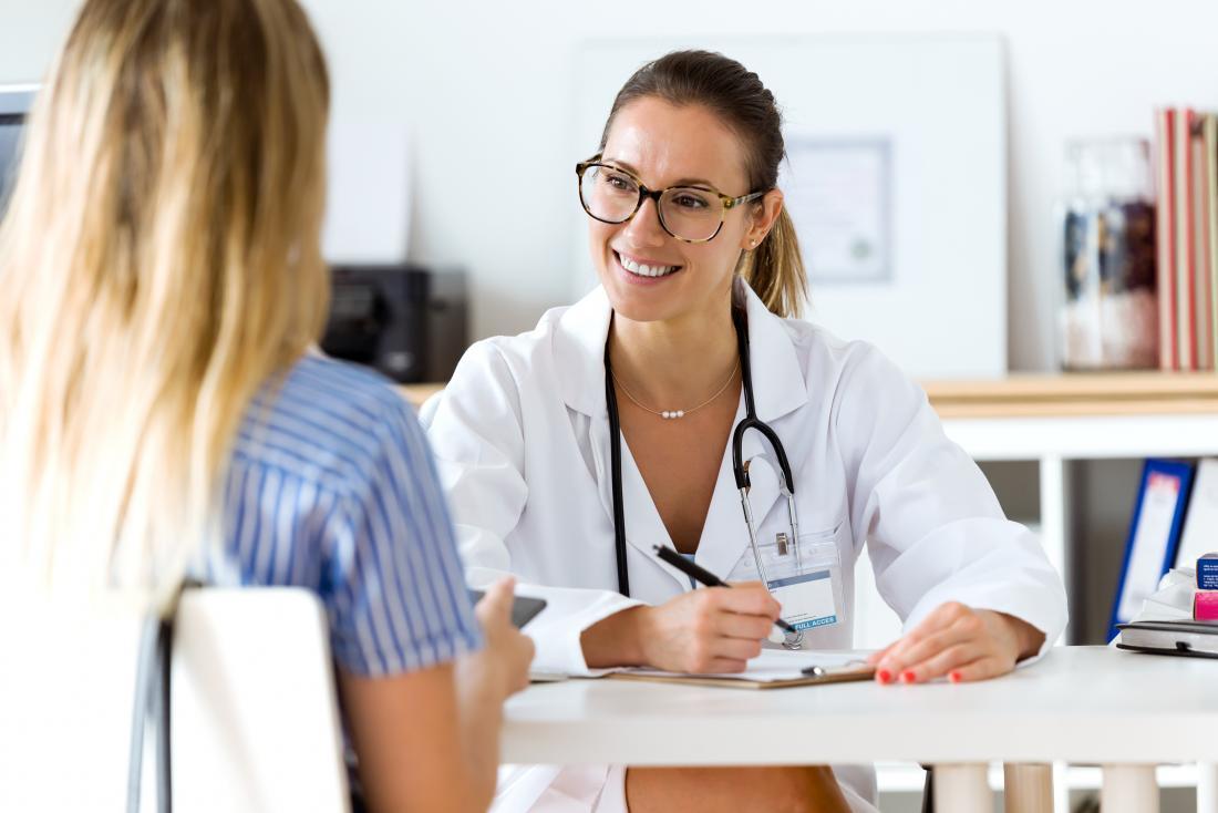 Médecin et patient recevant un diagnostic.