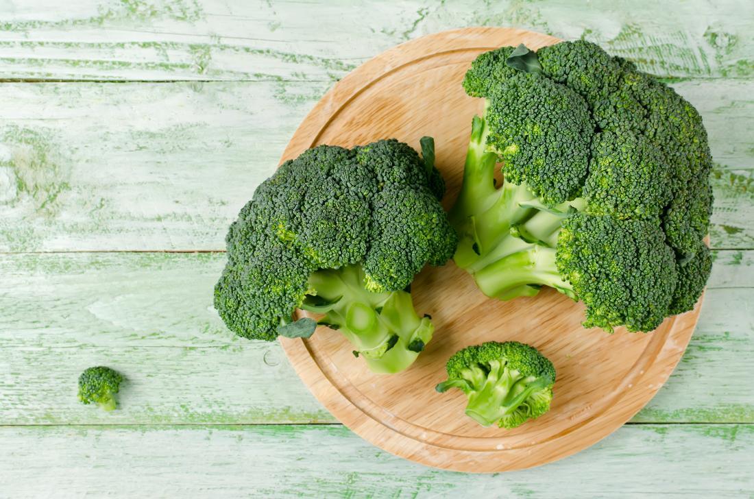Brokkoli auf einem Holzbrett