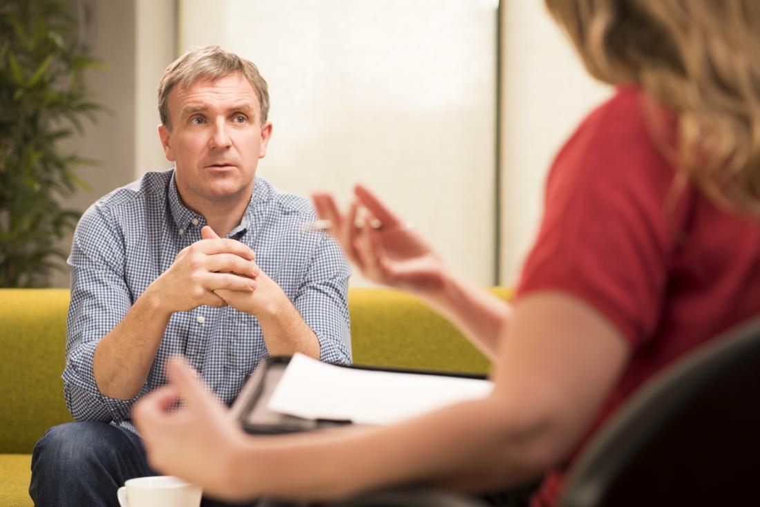 A terapia e o aconselhamento podem ajudar, abordando a causa básica do afeto plano.