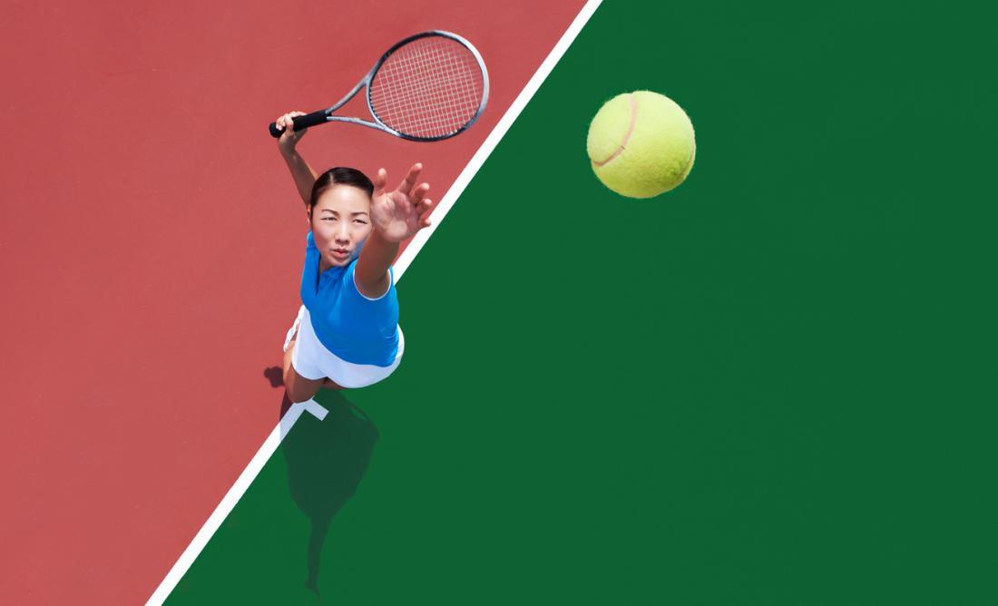 [テニスボールを提供する若い女性]