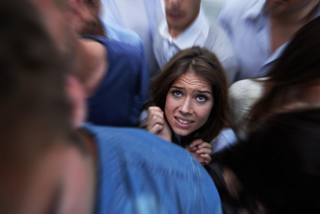 femme anxieuse en public