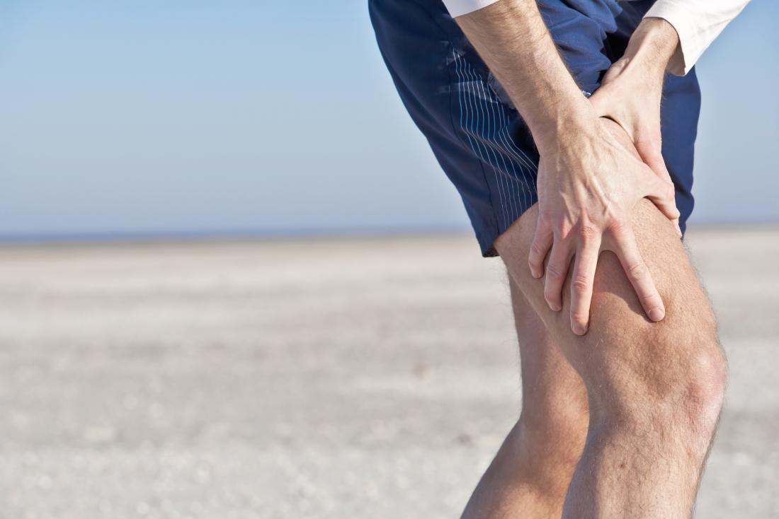 Person außerhalb des Oberschenkels in den Schmerz halten.