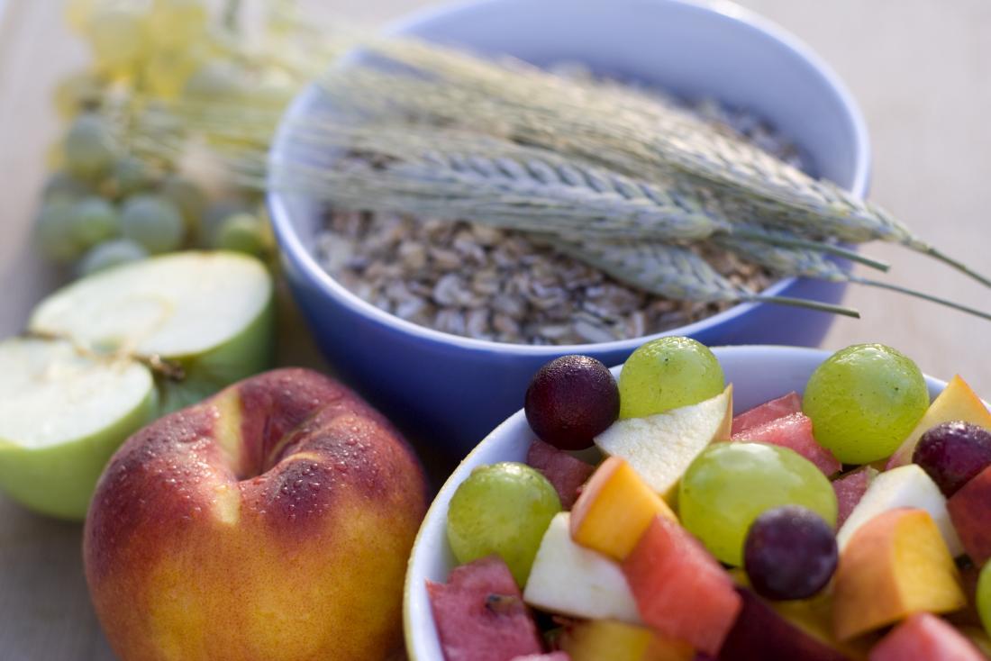Hohe Faser Lebensmittel einschließlich Hafer und Früchte.