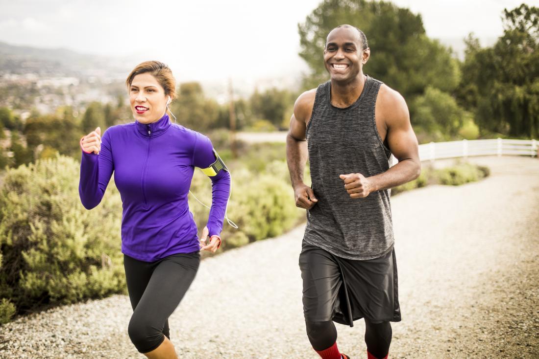 uśmiechnięty mężczyzna i kobieta będzie biegać