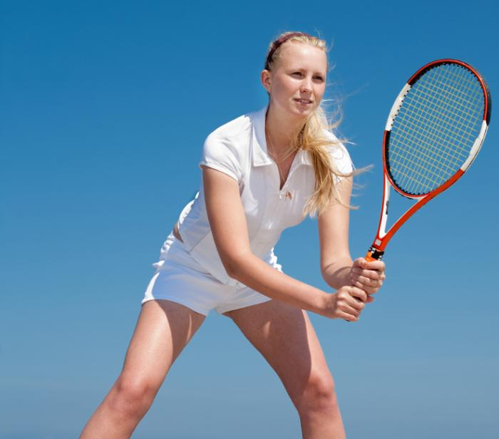 [Frau spielt Tennis]