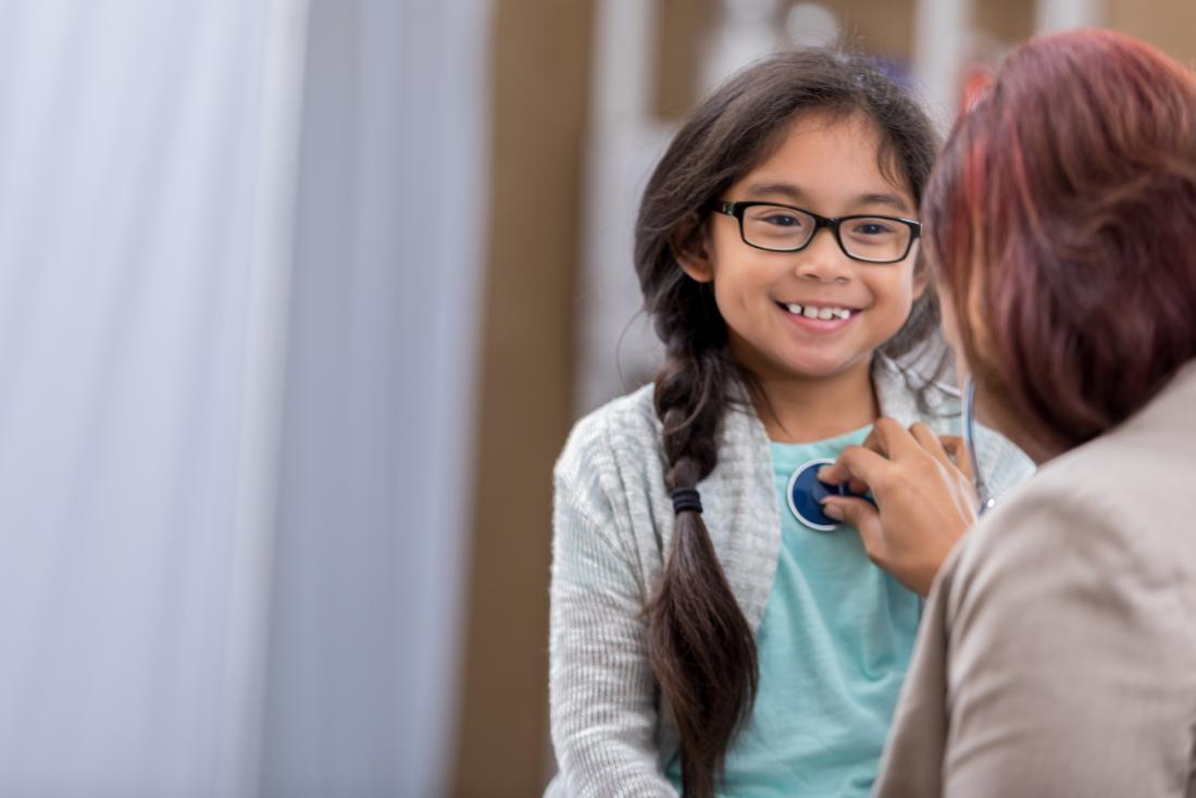 Stethoskop gebräuchlich auf kleinem Mädchen