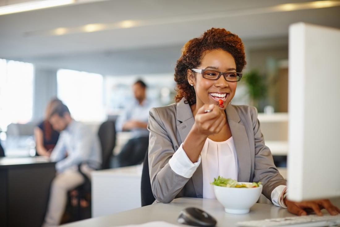 Frau isst Mittagessen