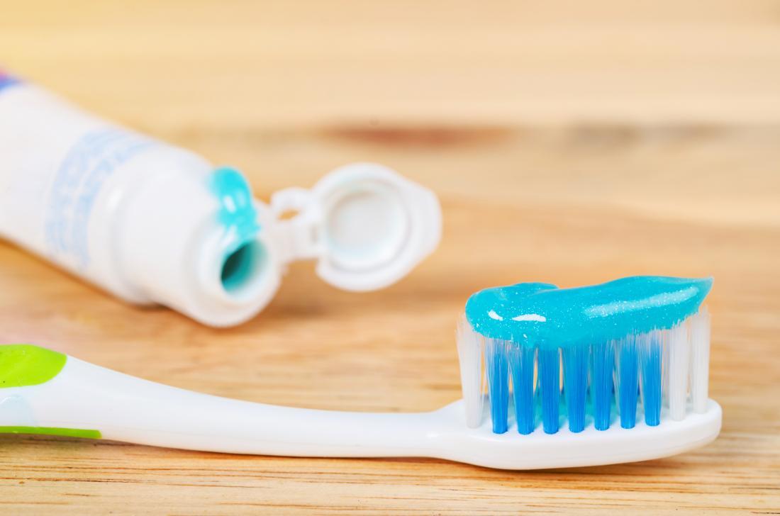 kem đánh răng và bàn chải