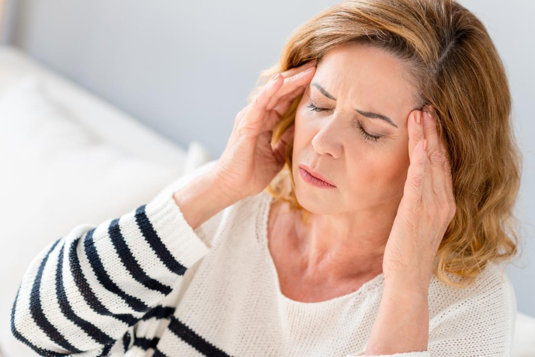 Người phụ nữ trưởng thành bị đau đầu.