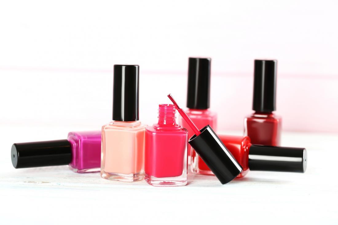 白、赤、ピンク、桃の色のマニキュアボトル。