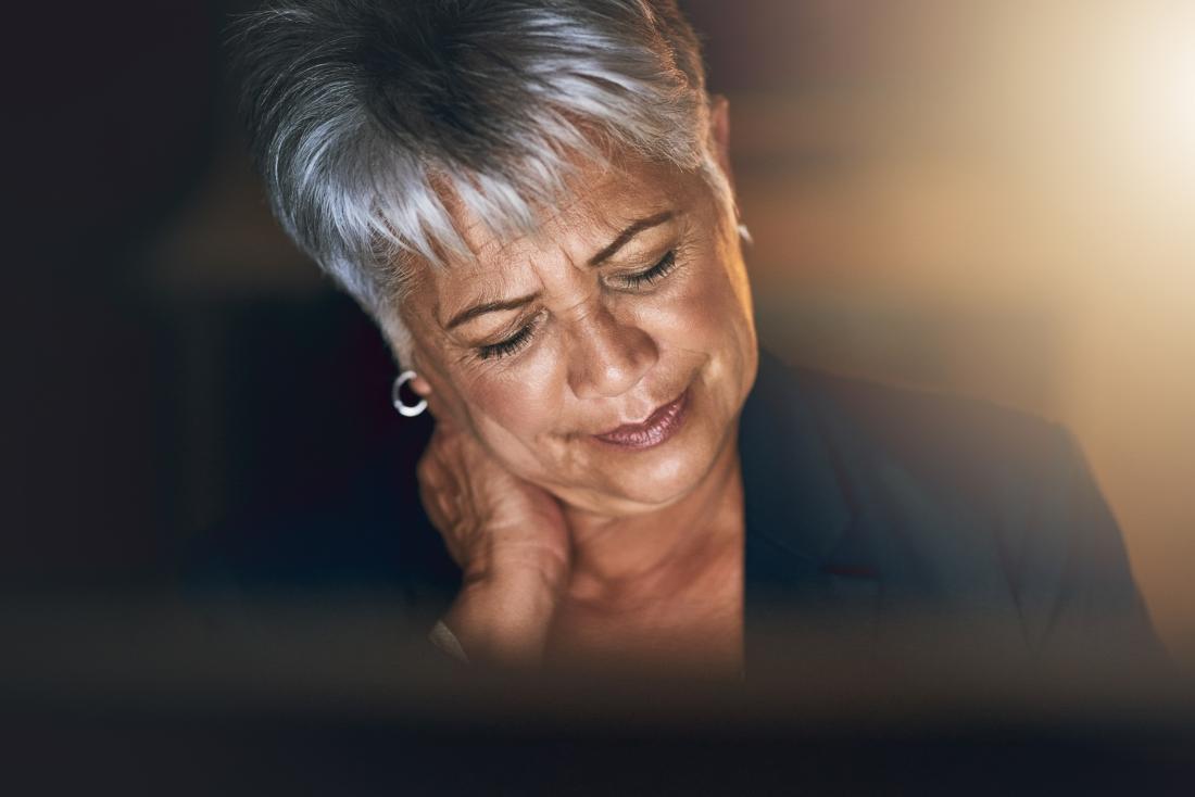 femme avec mal au cou