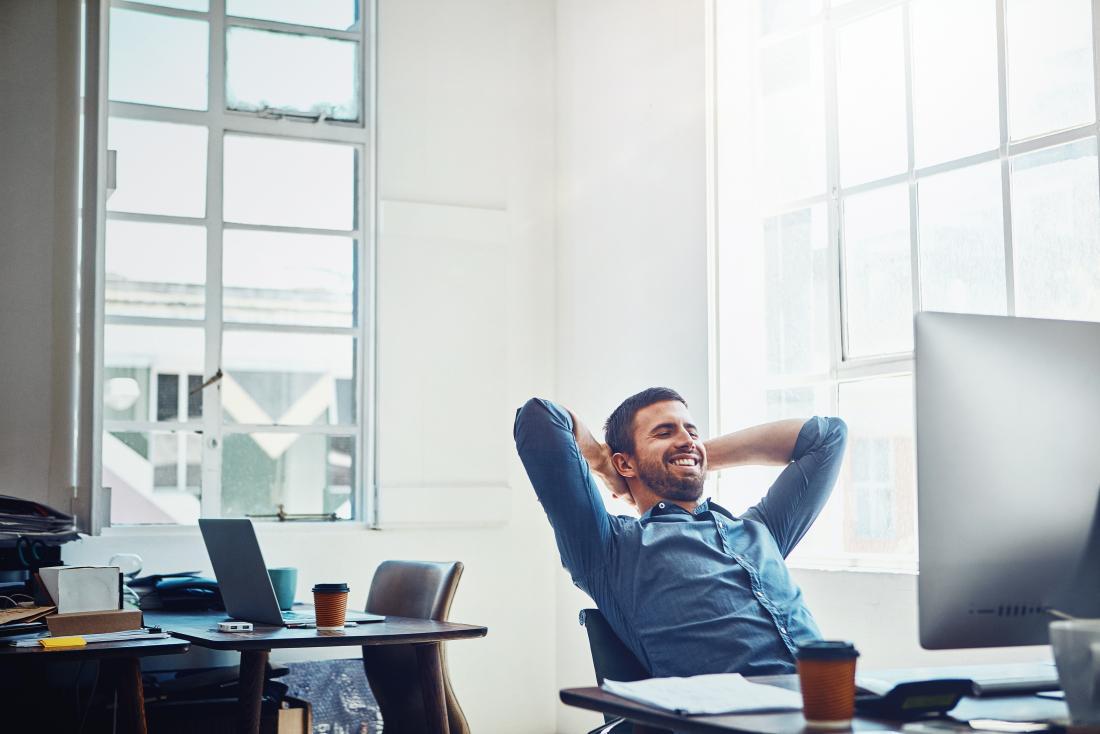 Uomo che si rilassa al lavoro e cerca di minimizzare lo stress